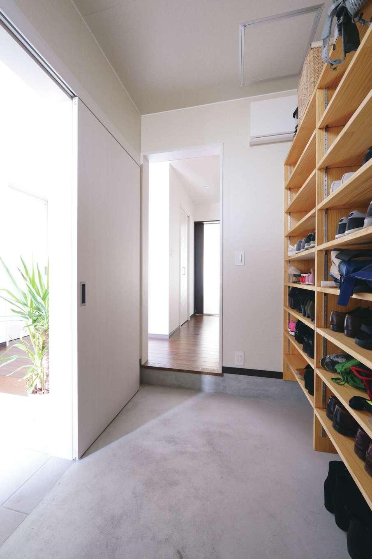 片山建設【子育て、自然素材、間取り】 家族用の玄関を兼ねたシュークロークはゆとりのある広さ