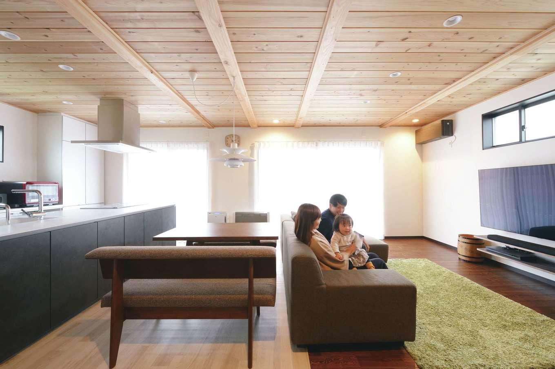 南面の窓から柔らかな日が注ぐ広々LDK。『片山建設』では、「LDKは家族がくつろぎ、楽しむ空間。快適な空気環境のもとで心地よく過ごしてもらいたい」という思いから、スギの板張りの天井や漆喰壁を提案している