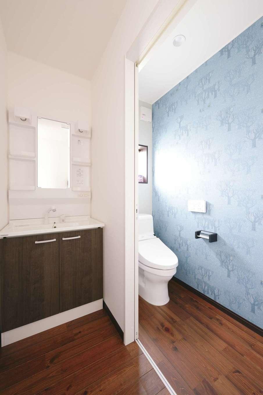 片山建設【子育て、自然素材、間取り】洗面・トイレ・浴室は玄関に入ってすぐの場所に設けてあるので、家に帰ったらすぐ手洗い・うがいの習慣が身に付きやすそう!