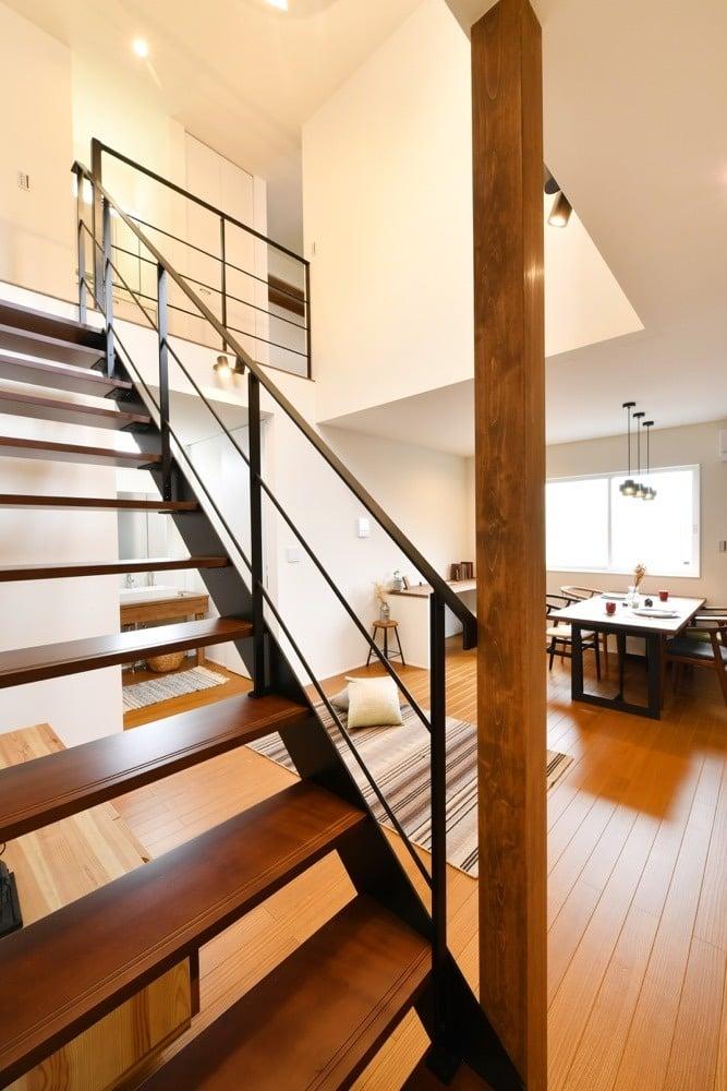 i.sus【デザイン住宅、省エネ、建築家】吹き抜けが開放的な空間を演出