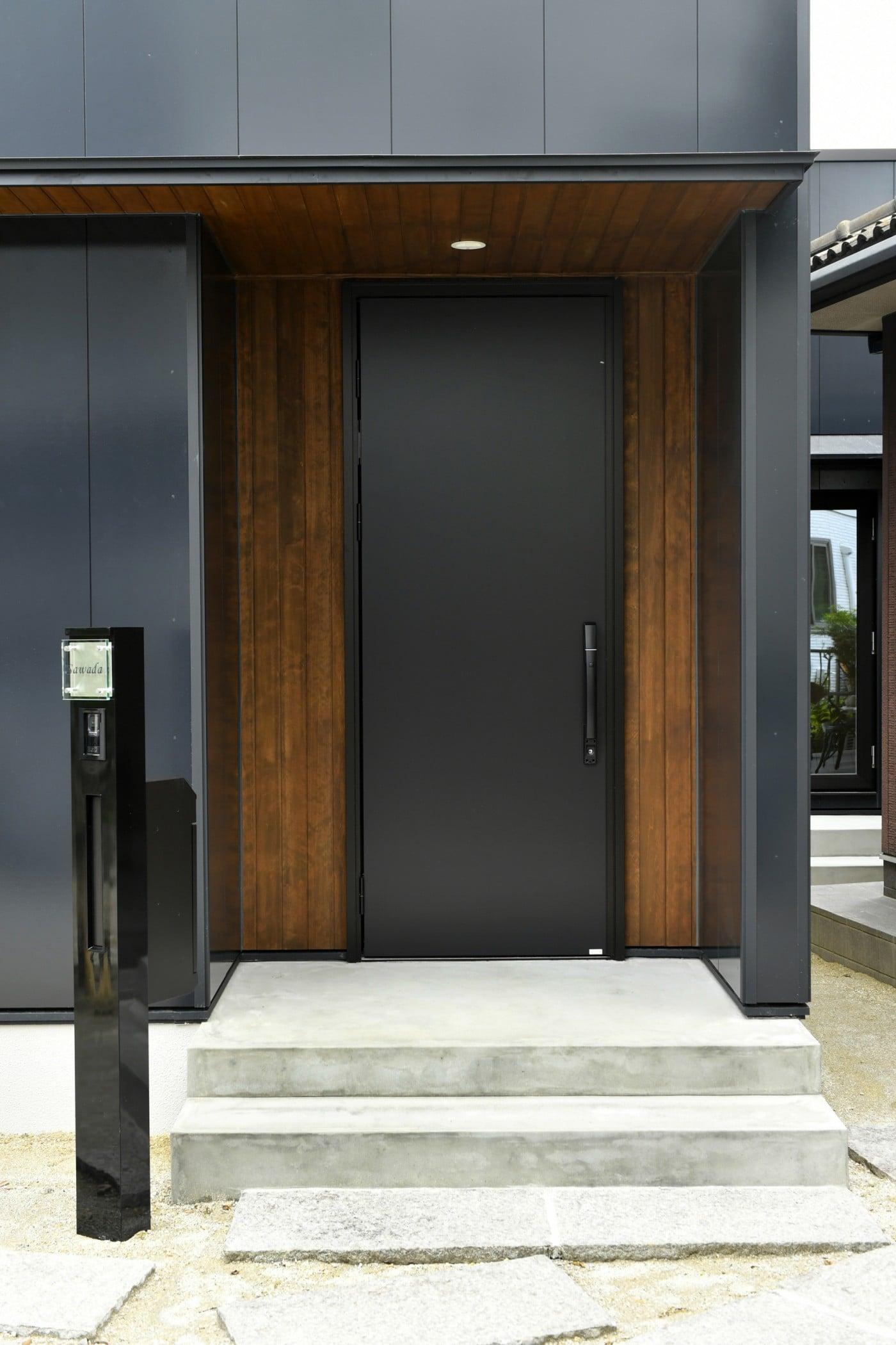 i.sus【デザイン住宅、省エネ、建築家】重厚感のある玄関ドアがお出迎え
