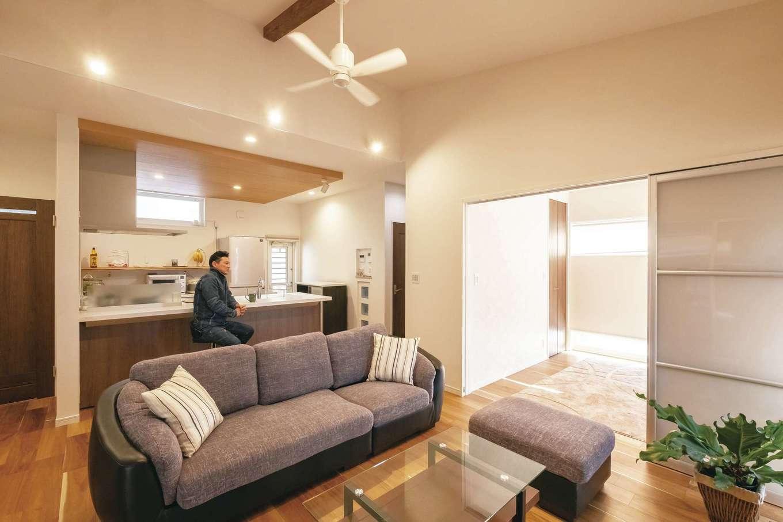 ぽっくハウス【芦工匠】【1000万円台、狭小住宅、平屋】室内には外観からは想像もつかない開放的な空間が広がっている。洋室や寝室は、普段は開いて広さを演出。光を透過する建具により、間仕切りをしても圧迫感は感じない。床は天然木フロア。吊り戸が採用され、足元のレールがないので、ほこりが溜まらず、掃除の手間も軽減される。照明は鈴木さんとメーカーに任せたが、位置により拡散タイプと集光タイプを使い分けるなど、ていねいに吟味されている