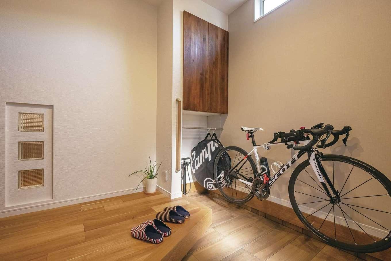 ぽっくハウス【芦工匠】【1000万円台、狭小住宅、平屋】框を斜めにして、スペースを確保。タイヤや工具の収納場所も用意