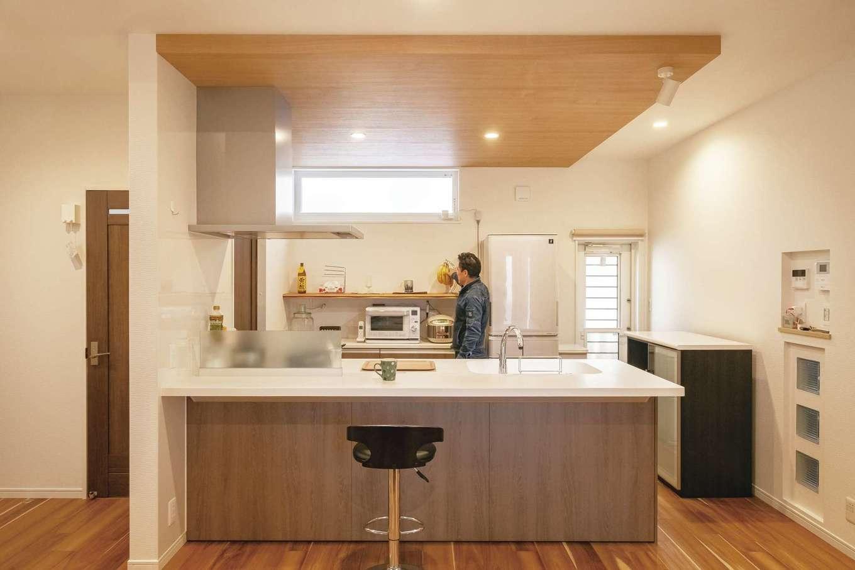 ぽっくハウス【芦工匠】【1000万円台、狭小住宅、平屋】オープン&便利なキッチン。天井を一段下げ、クロスでナチュラル感を添えることにより、空間の役割を穏やかに分割。造作棚、周遊動線、勝手口など、使い勝手に対する配慮もしっかりなされている