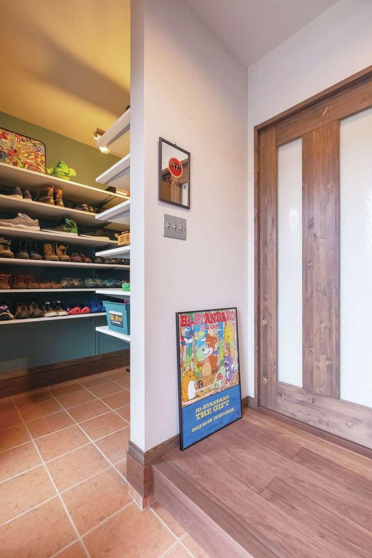 玄関は3畳のシューズクロークを備える