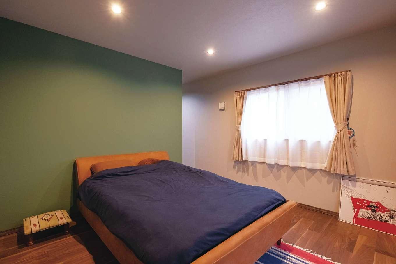 寝室は穏やかなグリーンで落ち着きを演出。奥にウォークインを用意した