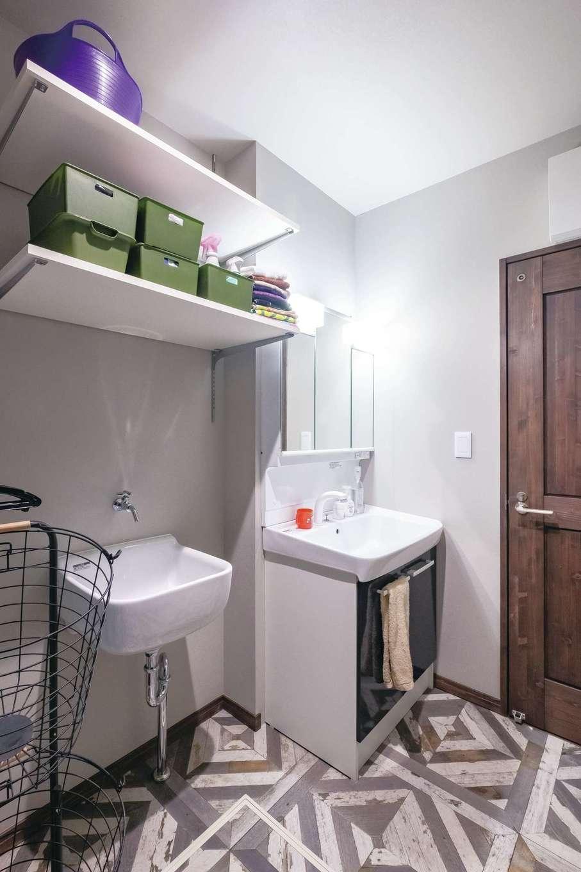 洗面脱衣室にはご主人の仕事着の洗い場を用意