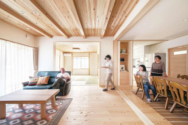 ひのきの家 静岡県家づくり浜松協同組合【自然素材、省エネ、間取り】ダイニング、リビング、和室は必要に応じて引き込み戸で仕切れるようになっている。来客時にはダイニングを仕切っておけばプライベートを確保でき、他の家族は来客を気にせず普段通りの暮らしができる。また、来客数や目的など、シーンに合わせて仕切り方を変え、スペースをアレンジできる
