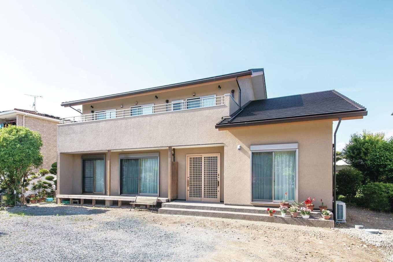 ひのきの家 静岡県家づくり浜松協同組合【自然素材、省エネ、間取り】塗り壁の外壁が上質感を醸し出す外観。庭に面した縁側が風情を感じさせる