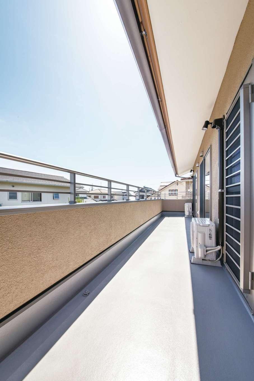 ひのきの家 静岡県家づくり浜松協同組合【自然素材、省エネ、間取り】2階の個室を繋ぐバルコニー。各室に明るさと開放感をもたらしている