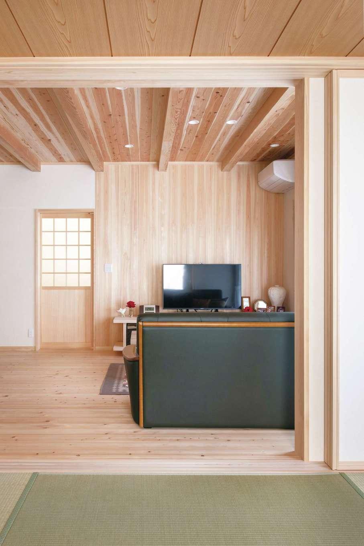 ひのきの家 静岡県家づくり浜松協同組合【自然素材、省エネ、間取り】和室から眺めたリビング。ヒノキの木目が目にやさしくなじむ。LDK全体を利用すれば、20〜30人の来客にも対応できる