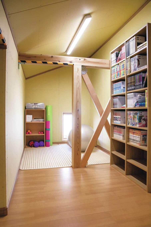 ひのきの家 静岡県家づくり浜松協同組合【自然素材、省エネ、間取り】小屋裏部屋には書棚を設けて漫画コーナーや筋トレコーナーに利用