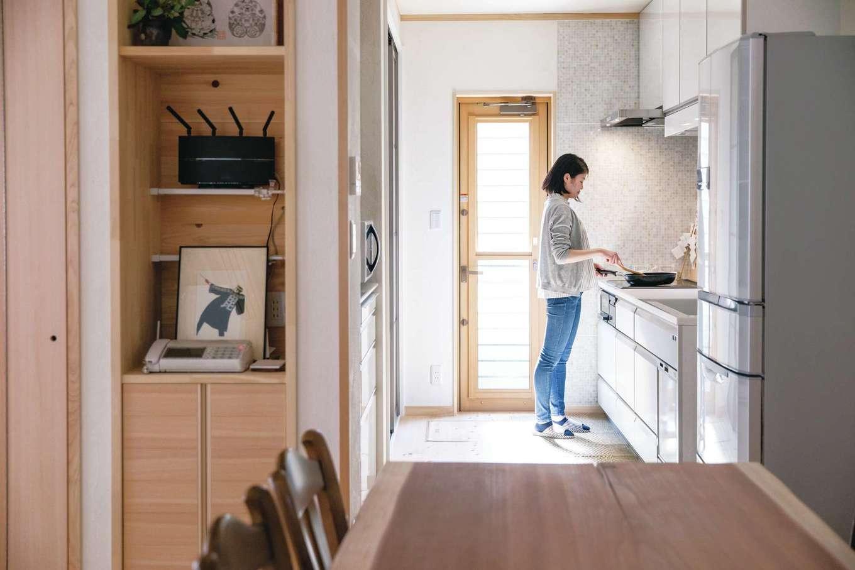 ひのきの家 静岡県家づくり浜松協同組合【自然素材、省エネ、間取り】独立型のキッチンは収納もたっぷり確保でき、周囲を気にせず落ち着いて調理ができるのがメリット