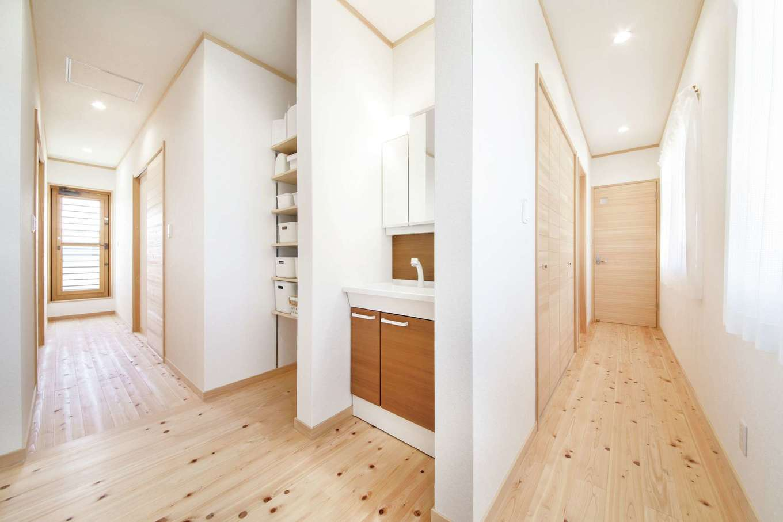 ひのきの家 静岡県家づくり浜松協同組合【自然素材、省エネ、間取り】2階ホールには洗面スペースを設けてあるので、朝の支度も順番を待たずスムーズにできる。廊下には壁面収納をたっぷり確保