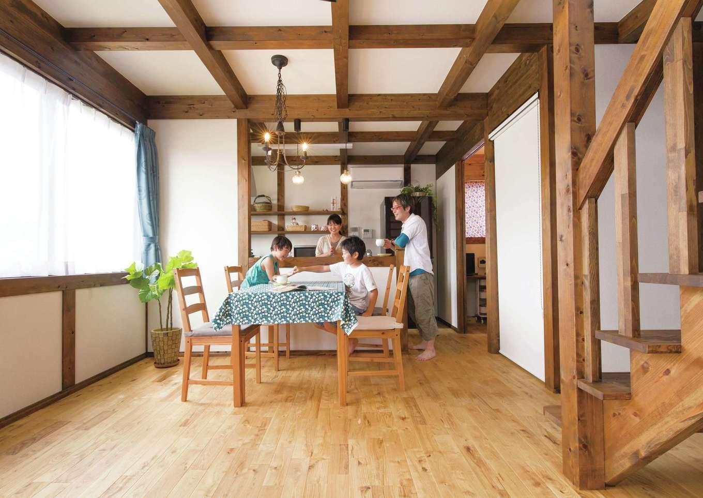 サイエンスホーム【1000万円台、自然素材、省エネ】Sさんが『サイエンスホーム』を選ぶ決め手になった「真壁づくり」。柱と梁を露出することで、木のぬくもりが感じられるだけでなく、湿気を吸放出してくれるので人にやさしくて建物も長持ちする。自然塗料のバリエーションも豊富で、好みのテイストに合わせることもできる