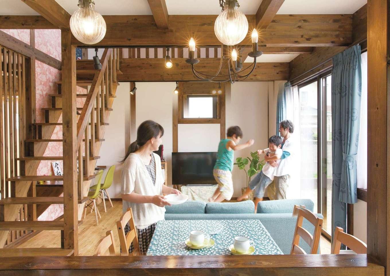 サイエンスホーム【1000万円台、自然素材、省エネ】アンティークな照明が映えるLDK。スケルトンのリビング階段を採用し、より開放感が生まれた