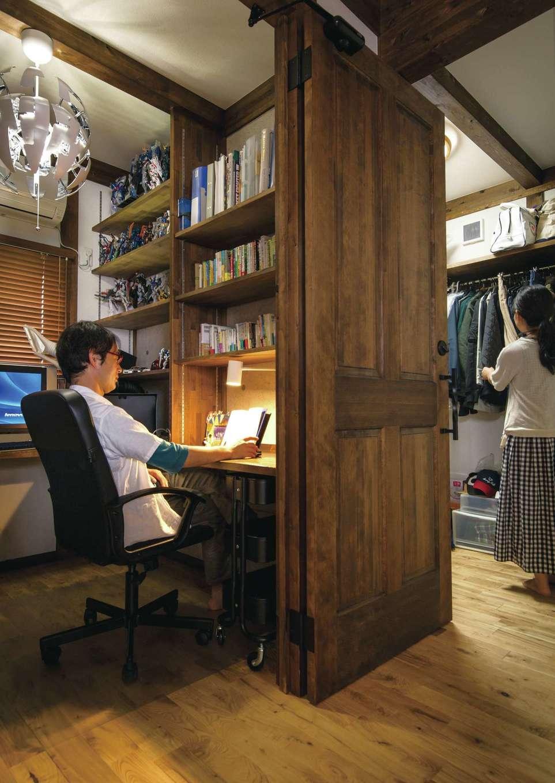 サイエンスホーム【1000万円台、自然素材、省エネ】主寝室とウォークインクローゼットの間に設けたご主人の趣味部屋