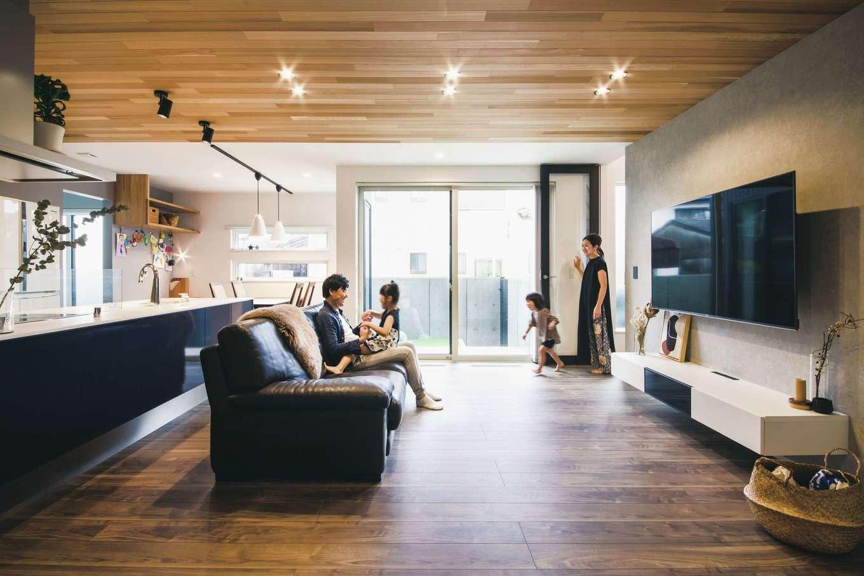 コットンハウス【デザイン住宅、省エネ、間取り】リビングの南面にはテラスを設け、庭の周囲をフェンスで囲ってプライバシーを確保。子どもも安全に遊ぶことができる