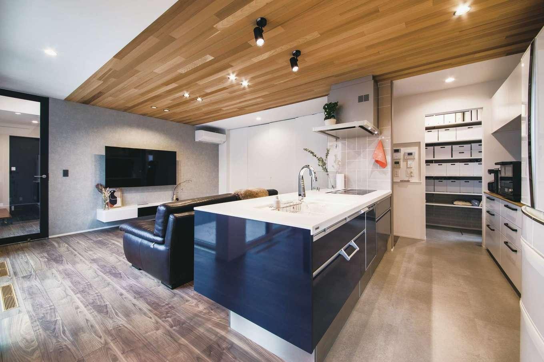 コットンハウス【デザイン住宅、省エネ、間取り】アイランドキッチンは、家族の暮らしの中心。行き止まりのない動線を確保し、さらにパントリーもスペースをたっぷり確保した。キッチンに立つと室内全体を見渡せる