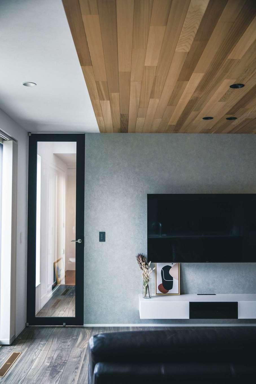コットンハウス【デザイン住宅、省エネ、間取り】レッドシダー張りの天井でさりげなくゾーニングしたリビング
