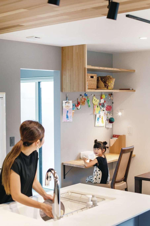コットンハウス【デザイン住宅、省エネ、間取り】キッチンの斜め後ろにスタディコーナーがあるので、子どもの様子を見守りながら料理の支度をしたり、親子で会話をしたりできる