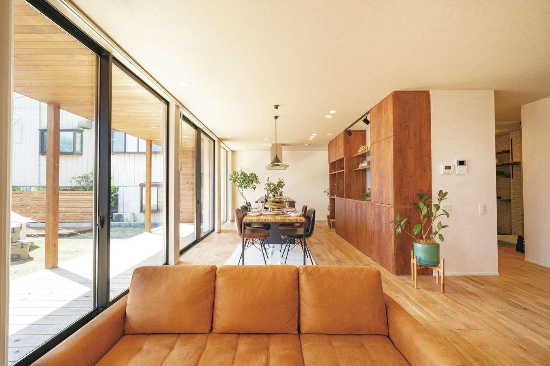 住家 ~JYU-KA~【デザイン住宅、間取り、建築家】大きな開口からたっぷりの光。要望に合わせて造作されたキッチンのバックセットが、オークと塗り壁がもたらすぬくもりと調和