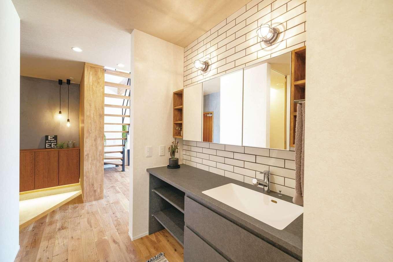 住家 ~JYU-KA~【デザイン住宅、間取り、建築家】広く、使いやすい洗面。帰宅動線にも重なる位置に