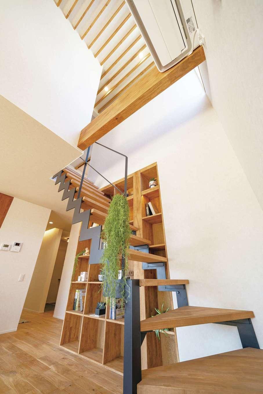 住家 ~JYU-KA~【デザイン住宅、間取り、建築家】アイアン階段横に本棚。イメージが形に