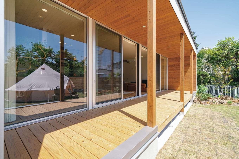 住家 ~JYU-KA~【デザイン住宅、間取り、建築家】庭に面して大胆な開口をもち、全面に渡されたウッドデッキ越しに光や風、開放感とともに、多彩な楽しさ、豊かさが室内に運ばれる