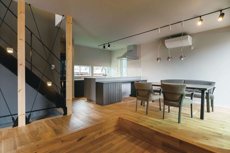 R+house静岡葵・静岡駿河(住宅工房コイズミ)【デザイン住宅、狭小住宅、建築家】リビング部分を一段下げることで、家族や親類、友人たちが集まった時にみんなで座って会話を楽しめる空間づくりをしている。天井高は一般的な高さでも開放感がアップ
