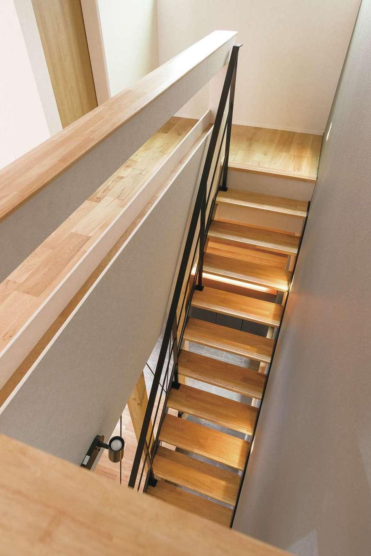 R+house静岡葵・静岡駿河(住宅工房コイズミ)【デザイン住宅、狭小住宅、建築家】鉄骨を組み合わせたリビング階段。インテリア性と空間を広く見せる視覚的効果は抜群。さらに1・2階を繋ぐ空気の流れで、家全体の室内空調を効率的に行うことができる省エネ効果も嬉しい