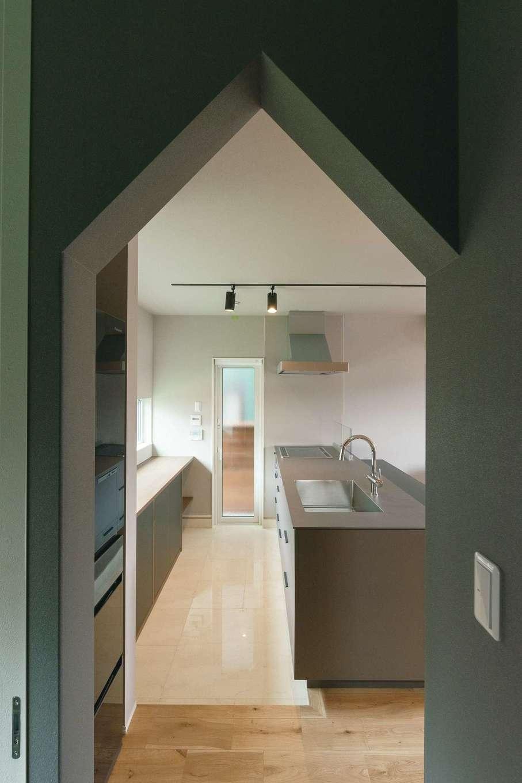 R+house静岡葵・静岡駿河(住宅工房コイズミ)【デザイン住宅、狭小住宅、建築家】キッチンと水回りを繋ぐのは小さなお家のような三角に切り取った壁
