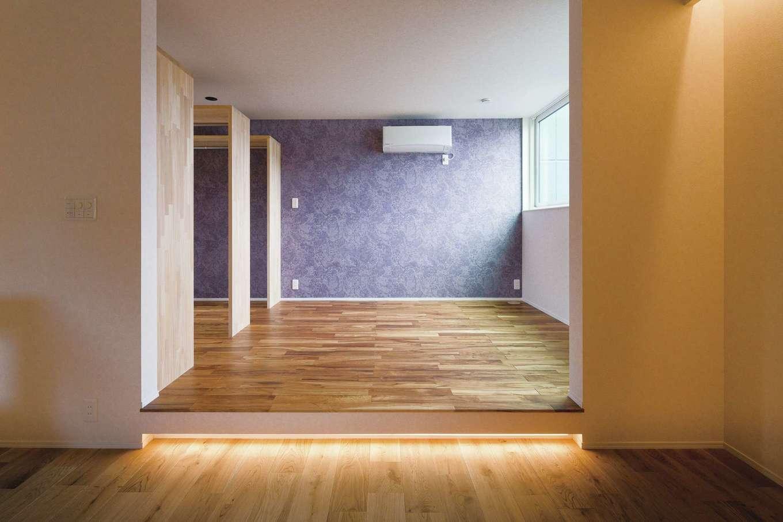 R+house静岡葵・静岡駿河(住宅工房コイズミ)【デザイン住宅、狭小住宅、建築家】2階はサブリビングと寝室。必要以上の仕切りは設けず、フロアの段差を活かしたゾーニングがされている