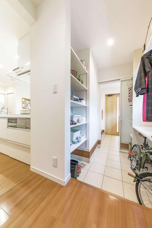 ユニバーサルホーム(藤枝・静岡南・清水)【静岡市駿河区東新田2-15-15・モデルハウス】玄関とパントリーの間にあるクローク。家族それぞれのスペースを設けて持ち物を置けば、子どものお片づけ習慣にもなりそう