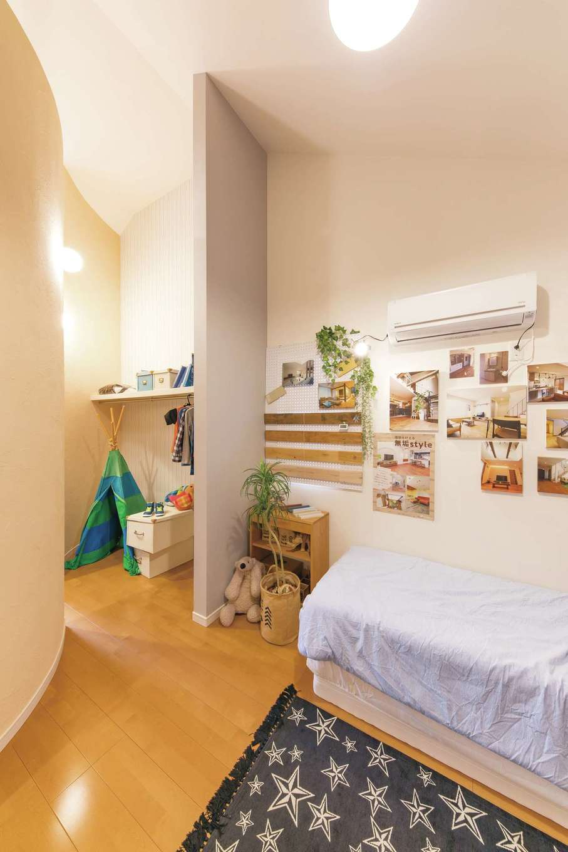 ユニバーサルホーム(藤枝・静岡南・清水)【静岡市駿河区東新田2-15-15・モデルハウス】子ども部屋2つがR壁のウォークインクローゼットでつながるユニークな間取り。上部は2部屋共通のロフトになっている