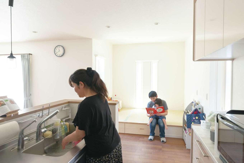 四季彩ひだまり工房 高田工務店【子育て、収納力、間取り】キッチンの真横には畳スペースがあり、長女の様子がすぐわかる。日当たりのいいキッチン横に小上がりの畳コーナーを設置。奥さまが料理をしながら、長女が遊ぶ姿を見守ることができる