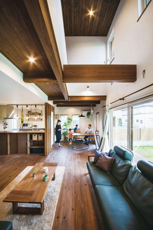 原田工務店【デザイン住宅、自然素材、省エネ】吹き抜けのあるLDKは、秋田スギの床、珪藻土の塗り壁など天然素材で仕上げた。南向きの大窓から自然光が注がれる反面、吹き抜け上部の窓は小さい。「夏の日差しを取り込みすぎると空調の負担が増えます」とOさん。自然の力と全館空調の力を上手に併用し、省エネ性を高める