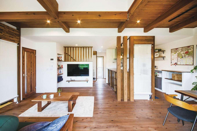 原田工務店【デザイン住宅、自然素材、省エネ】構造だけでなく、ドアなどの建具類にまで天竜材を採用。格子や梁を効果的に使った内装が心地いい