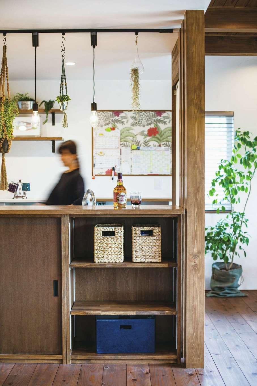 原田工務店【デザイン住宅、自然素材、省エネ】グリーンを吊り下げて、ボタニカルテイストを演出。キッチン前の収納にはランドセルなどをしまえる