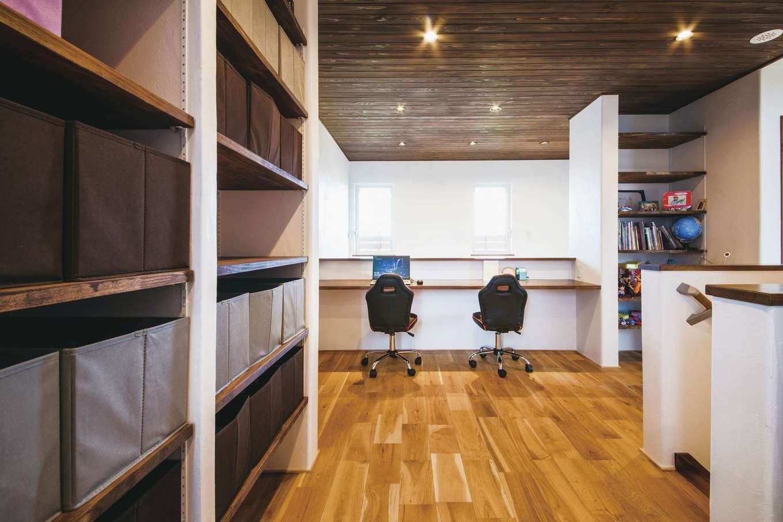 原田工務店【デザイン住宅、自然素材、省エネ】吹き抜けを見下ろす2階フリースペースをスタディコーナーに