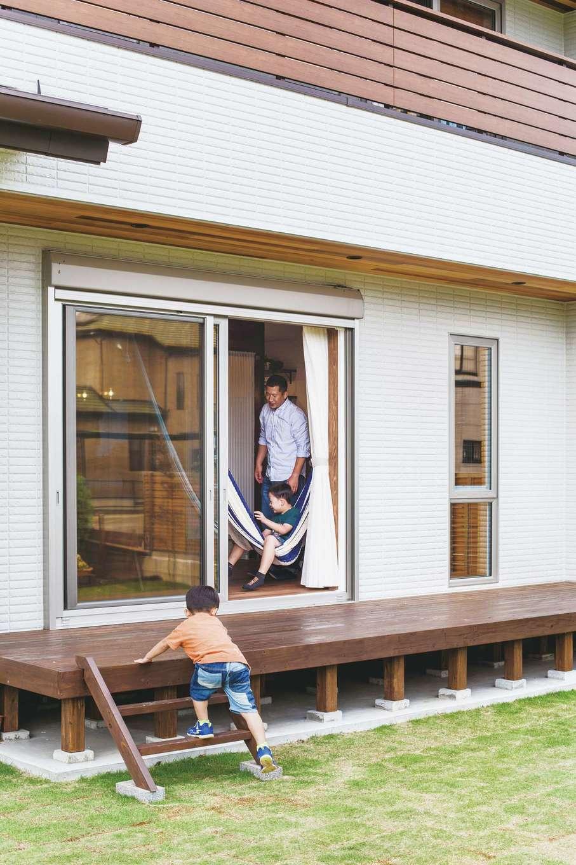 原田工務店【デザイン住宅、自然素材、省エネ】リビングからデッキ、庭までが一続きに。「窓が開いているとわかると、ハンモックで寝転ぶ息子がブランコのように揺れて遊んでいます(笑)」と奥さま