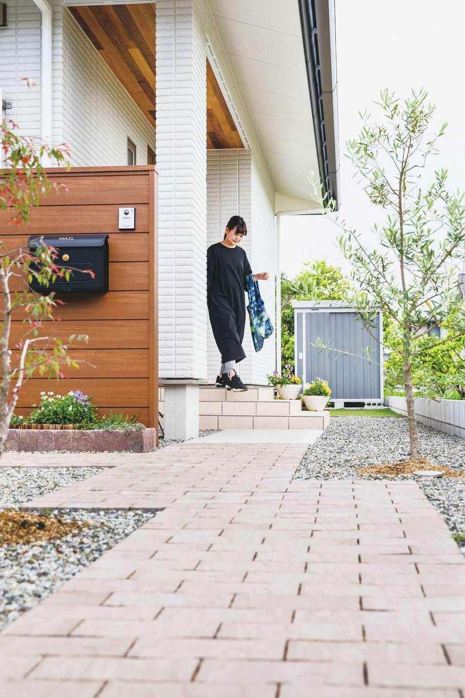 原田工務店【デザイン住宅、自然素材、省エネ】夏の直射日光を遮るために、玄関や窓を深い軒が守っている