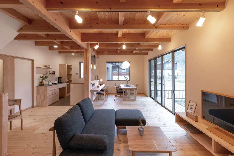 住まいるコーポレーション【デザイン住宅、和風、自然素材】パインの床が素朴な温かみを感じさせるリビング。TVボードは同社の造作家具。宙に浮かせたデザインで、掃除機もかけやすい。TVボード以外にも随所に造作家具を用いたことで統一感が生まれ、機能的なだけでなく意匠的にも美しく仕上がった