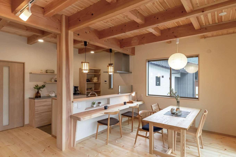 住まいるコーポレーション【デザイン住宅、和風、自然素材】対面キッチンの前にある天然木のカウンターは、ご主人が奥さまと会話を楽しみながらゆっくりお酒を楽しみたいとの希望で設けたもの。ホームパーティでも活躍しそう