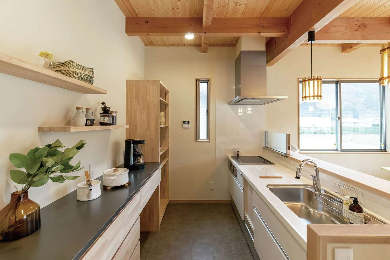 住まいるコーポレーション【デザイン住宅、和風、自然素材】ワークスペースを広々と設けた対面式のキッチン。背面の食器棚やオープンラックも『住まいる』の造作家具