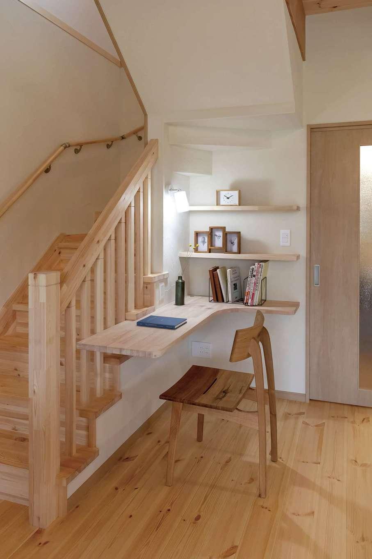 住まいるコーポレーション【デザイン住宅、和風、自然素材】階段下を有効利用したスタディコーナー。ご主人が仕事をしたり、子どもがお絵かきをしたりと、多目的に役立つ