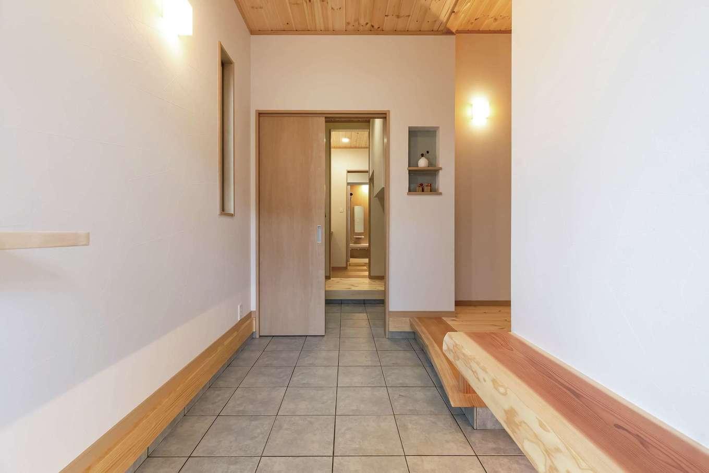 住まいるコーポレーション【デザイン住宅、和風、自然素材】玄関には待合いのベンチがあり、ちょっとした来客時の対応などに活躍。シューズクロークから一直線で洗面・浴室へ行ける