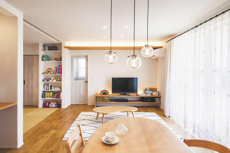 ワンズホーム【デザイン住宅、子育て、間取り】コンパクトなサイズを心がけながら、間取りの工夫や大きな窓がゆとりあるLDKを演出。座卓とダイニングはビーンズ型で揃えたお気に入り