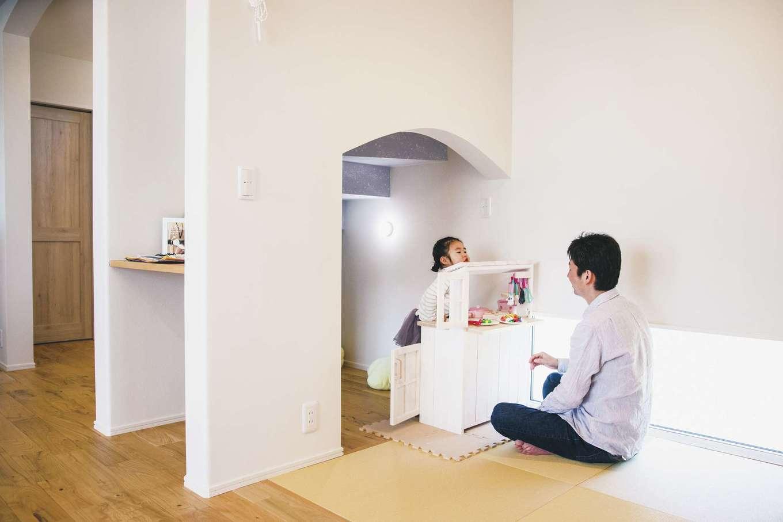 ワンズホーム【デザイン住宅、子育て、間取り】リビング階段下を生かした、長女のキッチンコーナーがユニーク。和室と一続きになる設計、たっぷりおもちゃが入る広さ、暗闇で星空が光る壁紙まで遊び心がいっぱい