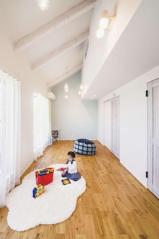 ワンズホーム【デザイン住宅、子育て、間取り】2階子ども部屋も「ココの家」をヒントに設計。梁の見える勾配天井やアクセントクロスが広さを演出する